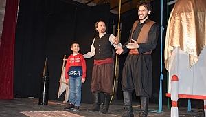 Tiyatroya gelen çocuklara oyunculuk sürprizi
